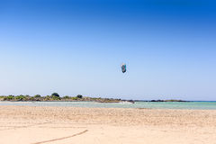 Песчаный пляж на острове с голубым морем и голубым небом Стоковое Изображение