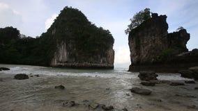песчаный пляж среди утесов на острове акции видеоматериалы
