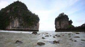 песчаный пляж среди утесов на острове сток-видео