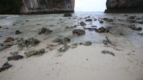 песчаный пляж среди утесов на острове видеоматериал