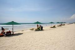 Песчаный пляж с голубым небом на пляже Бали Kuta Стоковое Фото