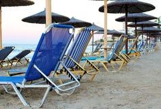 Песчаный пляж с много loungers и парасолей Стоковое Изображение