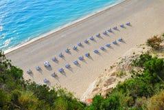 Песчаный пляж с пустыми sunbeds сверху Стоковые Изображения RF
