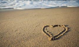 Песчаный пляж с сердцем и волнами, Стоковые Изображения RF
