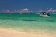 Песчаный пляж, powerboat, океан Trou вспомогательное Biches, Маврикий Стоковые Фото