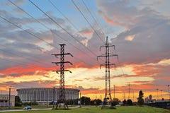 Петербург резвится комплекс и башни высоковольтных линий электропередач Стоковое Изображение RF