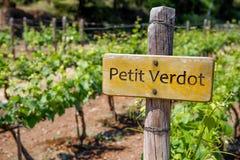 ПЕТИТ знак вина VERDOT на винограднике Landcape виноградника стоковое фото