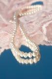 Петля белых естественных перл на розовом шнурке Стоковые Изображения