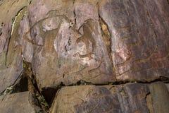Петроглифы Алтай Старые картины утеса в горах Altai Стоковое фото RF