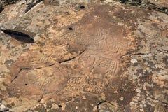 Петроглифы Алтай Старые картины утеса в горах Altai Стоковое Изображение RF
