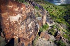 Петроглиф с животными на заходе солнца Стоковые Изображения RF