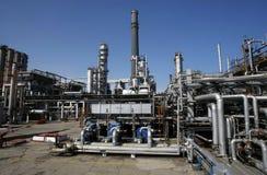 петролеум масла пускает рафинадный завод по трубам Стоковые Изображения RF