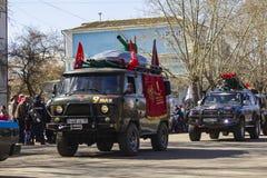 ПЕТРОПАВЛОВСК 9-ОЕ МАЯ 2018: резиденты в памятном шествии стоковое изображение rf