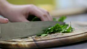 Петрушка вырезывания шеф-повара на деревянной доске сток-видео