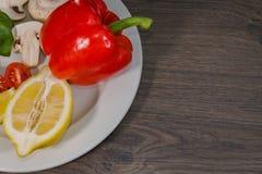 Петрушка, лимон, перец, champignons на плите Стоковые Фотографии RF