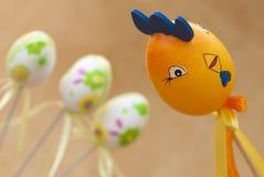 Петух пасхи и 3 покрашенных яичка Стоковое Фото