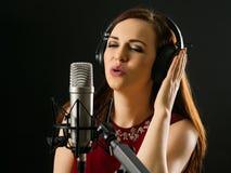 Петь в микрофон студии Стоковые Изображения