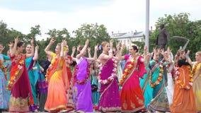 Петь и танцевать зайцев Krishnas сток-видео