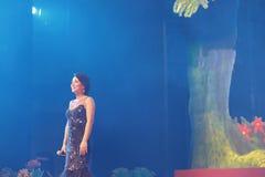Петь красивой певицы huangyingying стоковые фотографии rf