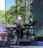 Петь на пианисте микрофона Стоковая Фотография RF