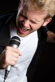 петь человека стоковое фото