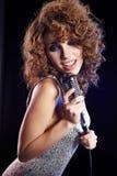 петь mic девушки ретро сексуальный стоковые фото