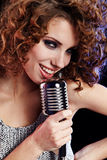 петь mic девушки ретро сексуальный стоковые изображения rf