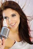 петь mic девушки ретро Стоковое Фото