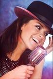 петь mic девушки ретро Стоковая Фотография