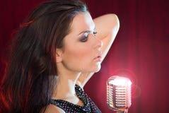петь mic девушки ретро Стоковые Фото