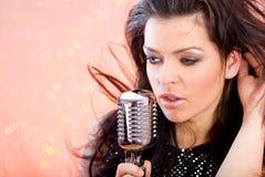 петь mic девушки ретро Стоковая Фотография RF