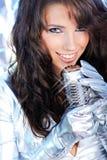 петь mic девушки ретро Стоковое Изображение