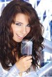 петь mic девушки ретро Стоковое Изображение RF