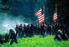 Пехота соединения выравнивает огни на выдвигаясь Confederates Стоковое Изображение RF