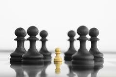 Пехотинец уверенности в себе белый стоя перед черным шахмат ar Стоковое Изображение RF