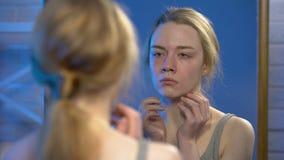 Печальное чувство юной женщины расстроило зеркальное отражение, несовершенство кожи, отсутствие безопасности видеоматериал