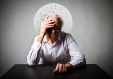печаль Старик в мыслях Старик ждет 3 минуты к Стоковое Фото