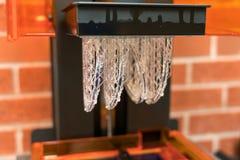 Печатание смолы 3D, взгляд со стороны строения SLA стоковые изображения rf