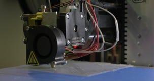 печатание 3D в процессе с пластичной нитью провода на принтере 3D