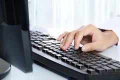 печатать на машинке клавиатуры руки компьютера Стоковые Фото