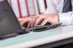печатать на машинке компьтер-книжки компьютера бизнесмена Стоковые Фотографии RF