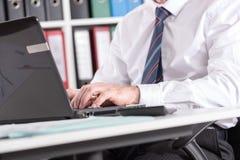 печатать на машинке компьтер-книжки компьютера бизнесмена Стоковые Изображения RF