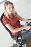 печатать на машинке офиса компьтер-книжки коммерсантки сидя Стоковая Фотография