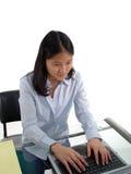 печатать на машинке студента стоковое фото