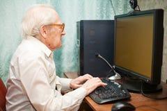 печатать на машинке человека старый Стоковые Фото