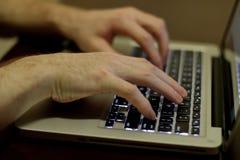 печатать на машинке человека компьютера Стоковое фото RF