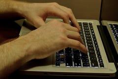 печатать на машинке человека компьютера Стоковое Изображение RF