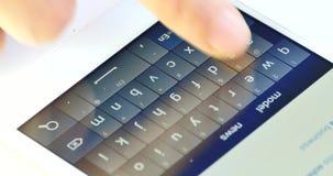 печатать Smartphone 4k/отправляя СМС, электронная почта слепой печати пальца работая на сотовом телефоне сток-видео