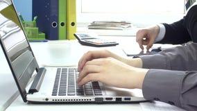 Печатающ на портативном компьютере, писать вычисляет внутри видеоматериал