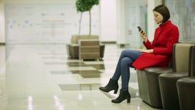 Печатая женщина на приборе smartphone акции видеоматериалы
